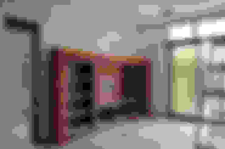 主臥起居室壁爐電視牆:  牆面 by Gavin室內裝修設計