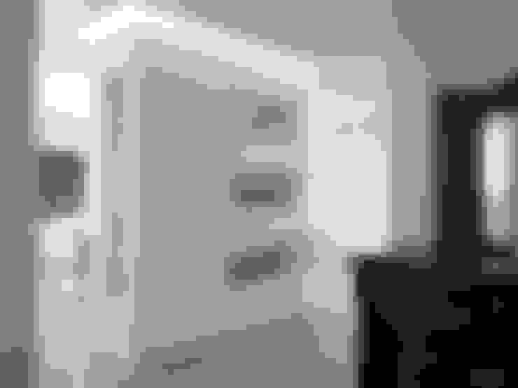Pasillos y vestíbulos de estilo  por Sonia Santirocco architetto e home stager