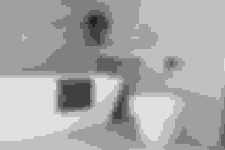 West Winds - Main Bathroom:  Bathroom by Brass & Rose Interiors