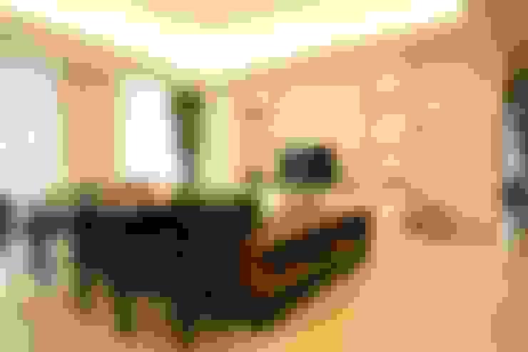 Ruang Keluarga:  Living room by Exxo interior