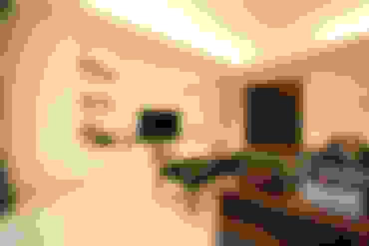 Ruang Keluarga :  Living room by Exxo interior