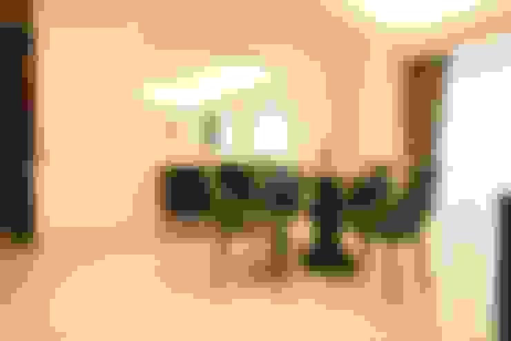 Ruang Makan:  Living room by Exxo interior