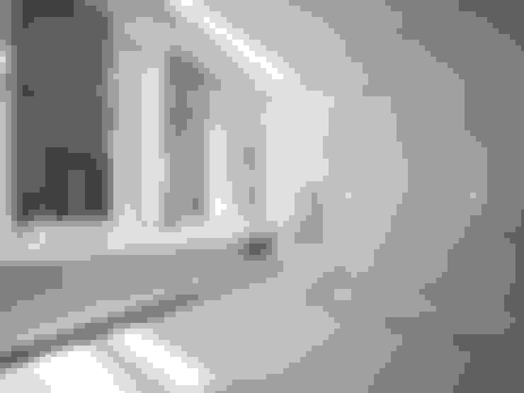 En Suite Bathroom:  Bathroom by Dessiner Interior Architectural