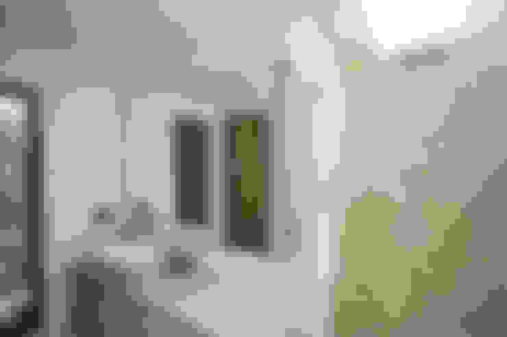 Casa Gallego Urrego: Baños de estilo  por AMR estudio