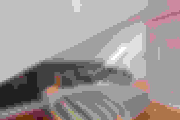 Suite Principal em águas furtadas em Lisboa: Quartos  por LAVRADIO DESIGN