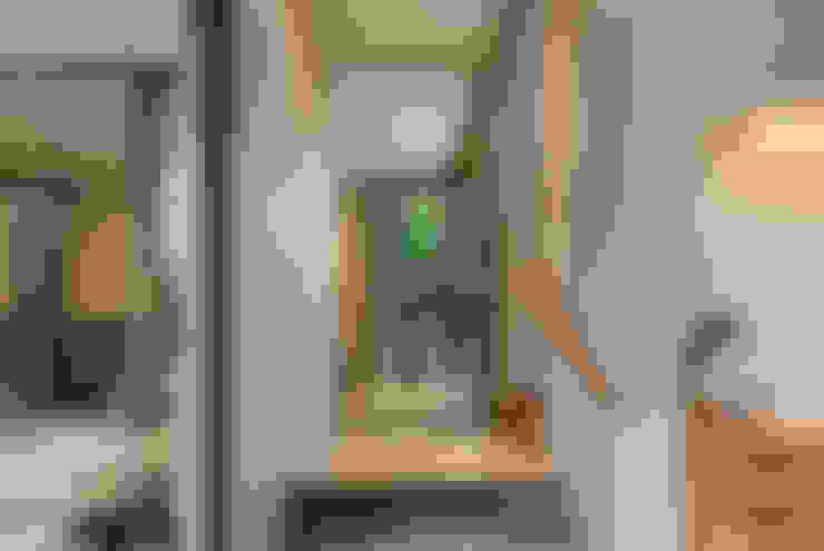 Corridor & hallway by Tamara Wibowo Architects