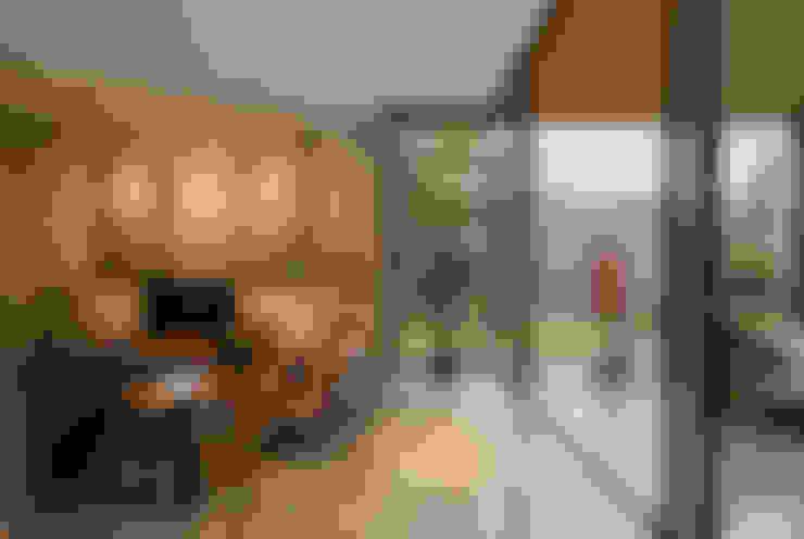 Salas de estilo  por Tamara Wibowo Architects