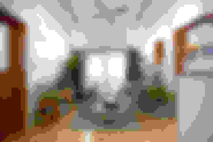 ห้องนั่งเล่น by 미우가 디자인 스튜디오