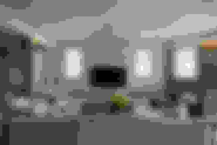 CORNER HOUSE:  客廳 by Fertility Design 豐聚空間設計