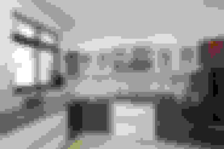 Armarios de cocinas de estilo  por Synergy Architecture and Interiors