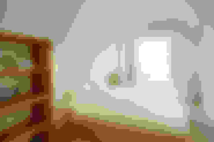 無印良品。輕暖宅:  臥室 by 文儀室內裝修設計有限公司