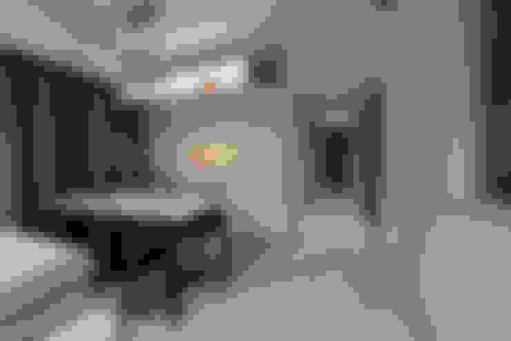 Pasillos y hall de entrada de estilo  por VOILÀ Pte Ltd