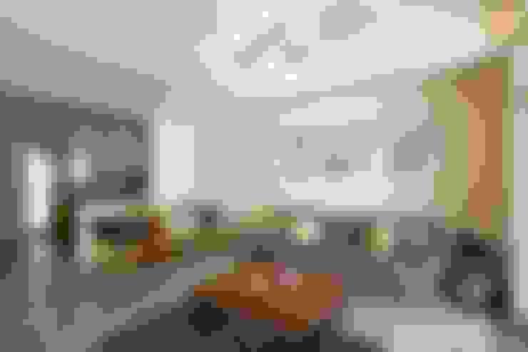狹長街屋大改造:  客廳 by 層層室內裝修設計有限公司