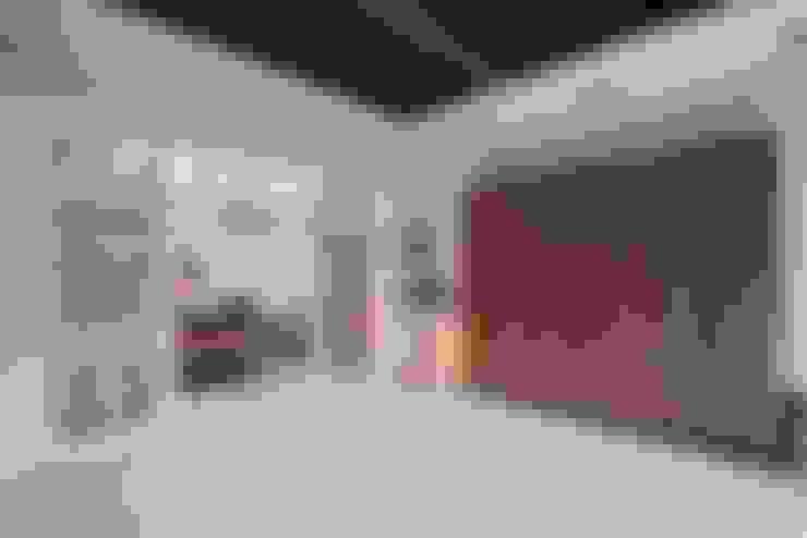 狹長街屋大改造:  車庫/遮陽棚 by 層層室內裝修設計有限公司