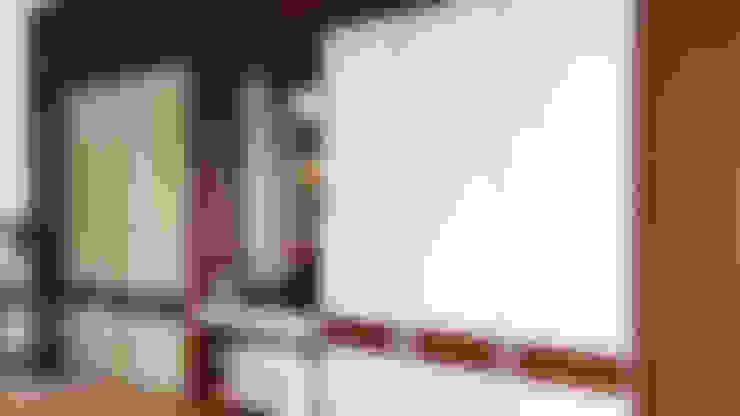Lemari Pakaian dan Meja Rias:  Ruang Ganti by Likha Interior