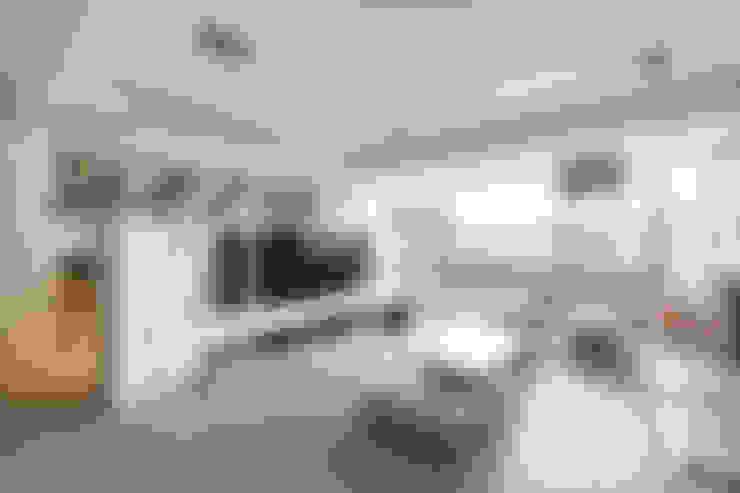 Living Room:  Ruang Keluarga by March Atelier