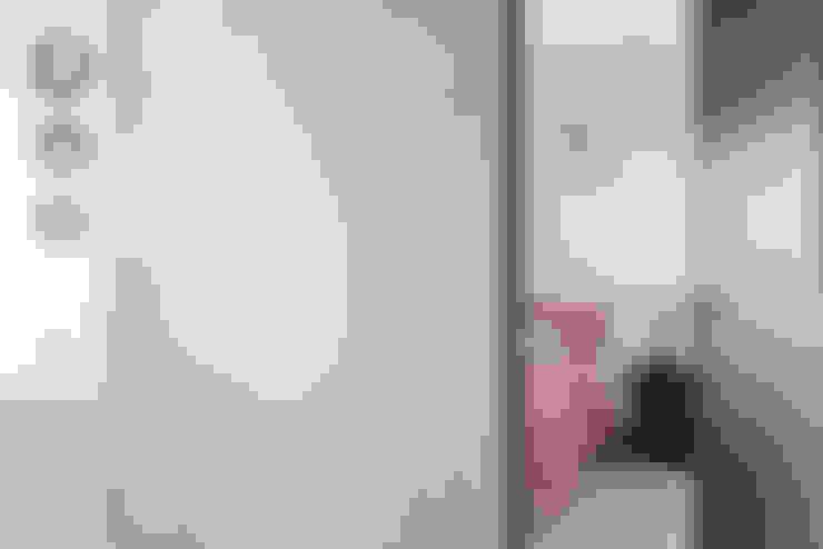 Pasillos y vestíbulos de estilo  de 寬宸室內設計有限公司
