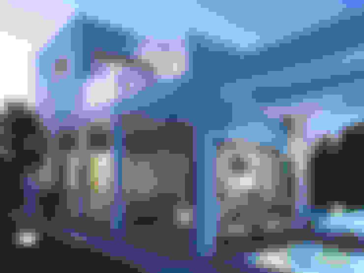 Rumah keluarga besar by Pacheco & Asociados