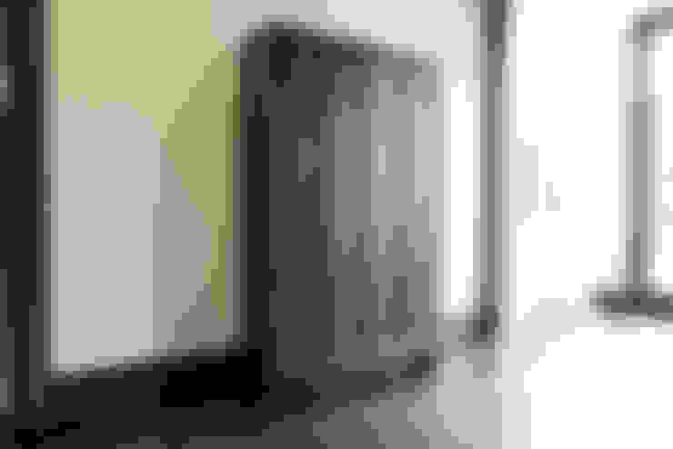 Lemari Kayu Klasik:  Ruang Ganti by ARF interior