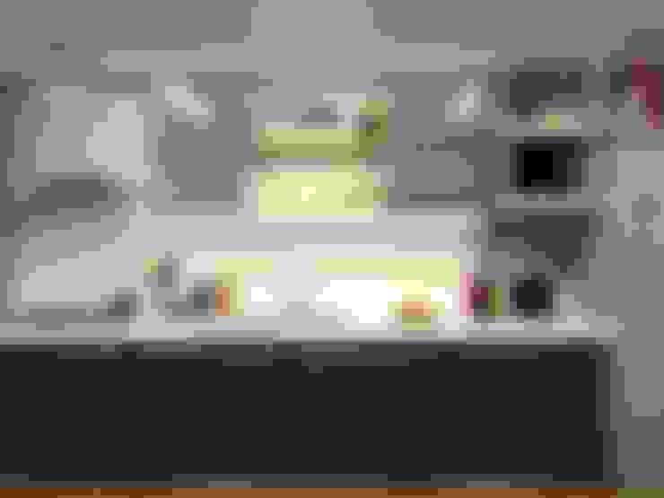 Cozinha Escandinava: Armários e bancadas de cozinha  por Multiplanos Arquitetura