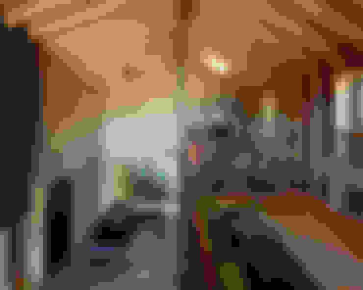 Salas / recibidores de estilo  por 稲山貴則 建築設計事務所