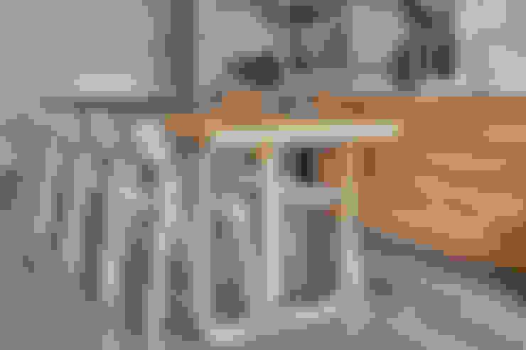 Cocinas integrales de estilo  por VOILÀ Pte Ltd