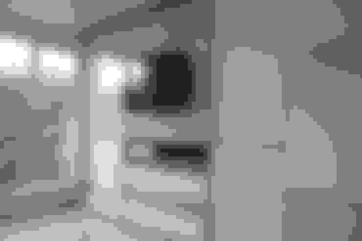 Galeri Ciumbuleuit III - Tipe Loft:  Ruang Keluarga by POWL Studio