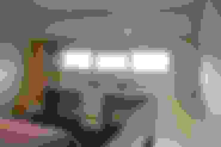 Kamar tidur:  Ruang Kerja by POWL Studio
