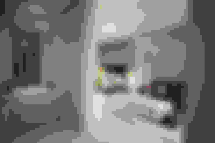 Rumah Raffles Hills Cibubur:  Ruang Ganti by Exxo interior