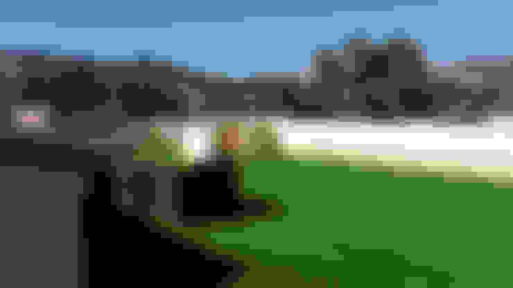 Azotea con césped artificial: Terrazas de estilo  de Albergrass césped tecnológico
