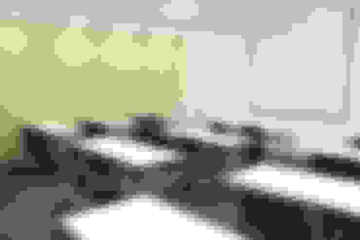 Sala de capacitaciones: Oficinas y Tiendas de estilo  por Soluciones Técnicas y de Arquitectura