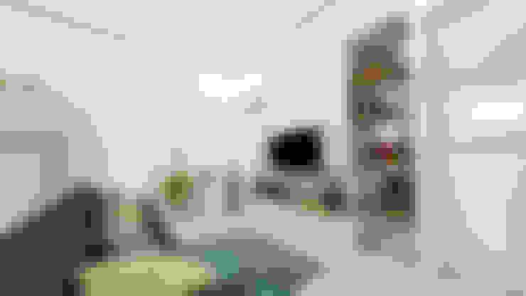 Living Room:  Ruang Keluarga by Tigha Atelier