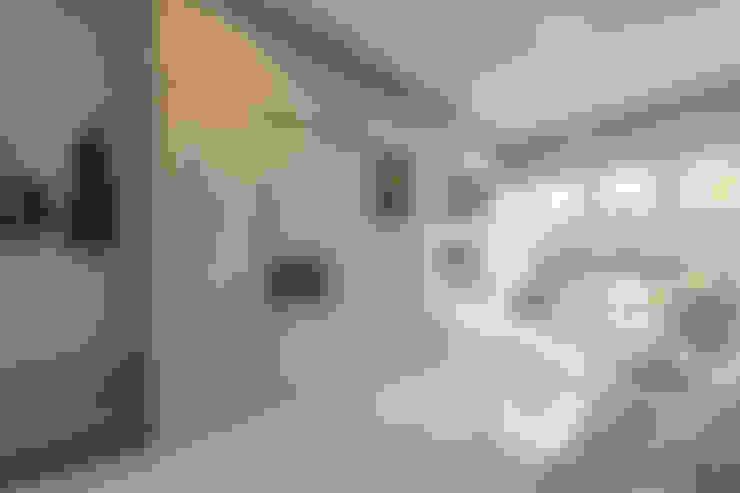 Salas / recibidores de estilo  por VOILÀ Pte Ltd