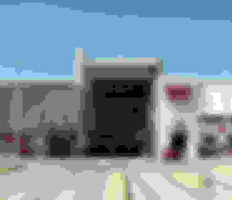 Segundo acceso vehicular: Centros Comerciales de estilo  por Helicoide Estudio de Arquitectura