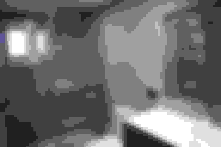 Bathroom by Qum estudio, tienda de muebles y accesorios en Andalucía