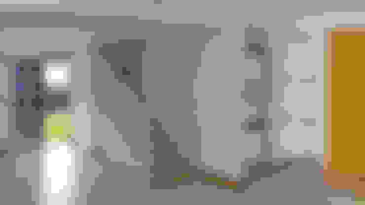 Corridor and hallway by 5CINQUE ARQUITETURA LTDA