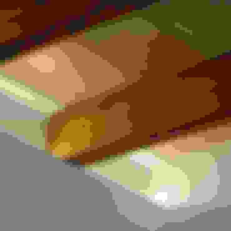 Detalle de iluminación y encuentro de viga de madera: Comedores de estilo  de Divers Arquitectura, especialistas en Passivhaus en Sabadell