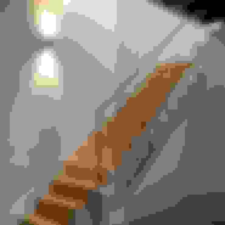 Escalera interior con peldaños de madera y barandilla a medida: Escaleras de estilo  de Divers Arquitectura, especialistas en Passivhaus en Sabadell