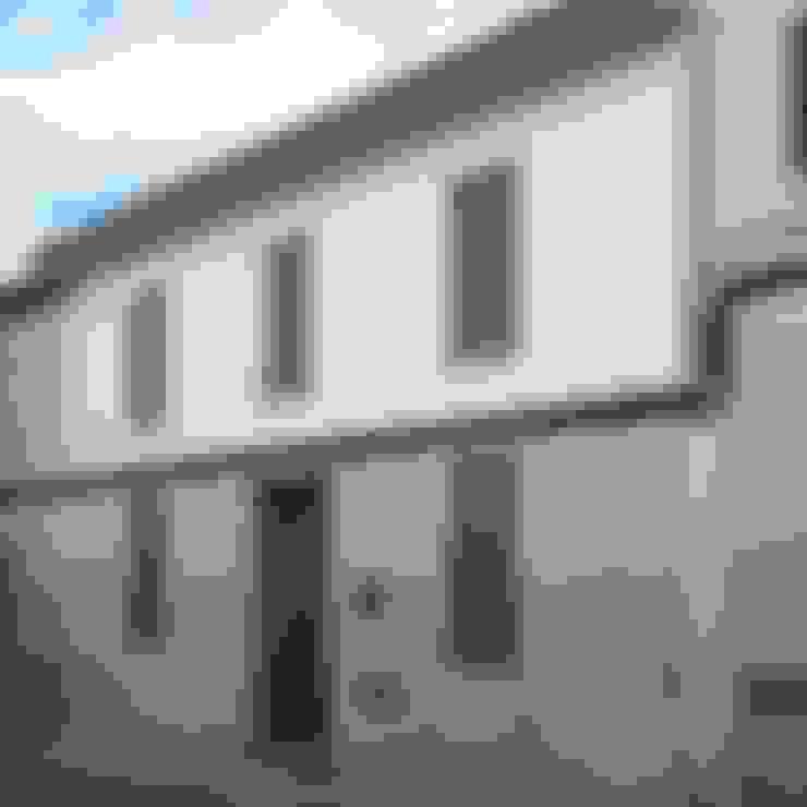 Fachada principal reformada: Casas unifamilares de estilo  de Divers Arquitectura, especialistas en Passivhaus en Sabadell