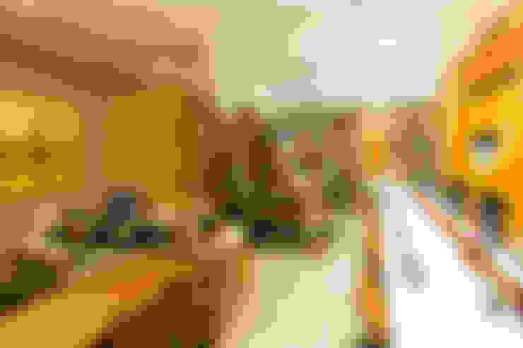 Detalhes da decoração com painéis de vidro e tapete da sala de reunião: Espaços comerciais  por 5CINQUE ARQUITETURA LTDA