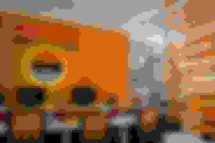 Design de interiores comercial com logomarca da empresa: Espaços comerciais  por 5CINQUE ARQUITETURA LTDA