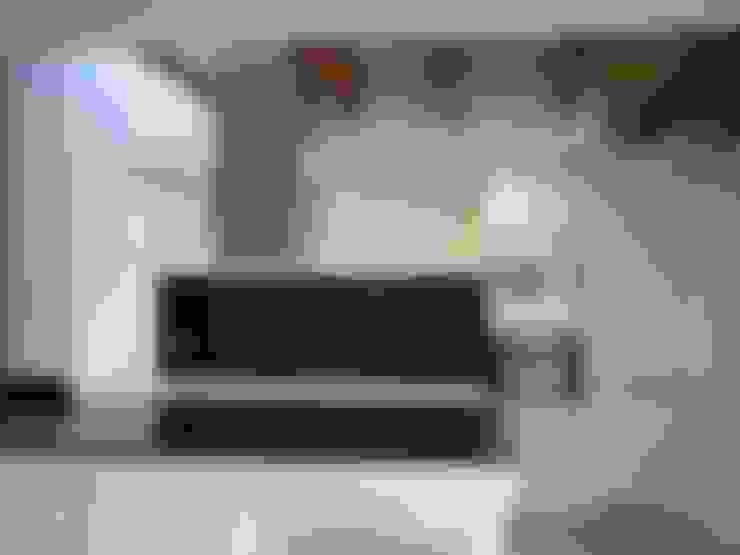 Vista de la cocina con lucernario y iluminación artificial lineal: Cocinas de estilo  de Divers Arquitectura, especialistas en Passivhaus en Sabadell
