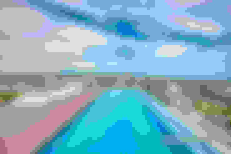 Mediterráneo desde una piscina de altura: Terrazas de estilo  de Carlos Sánchez Pereyra   Artitecture Photo   Fotógrafo