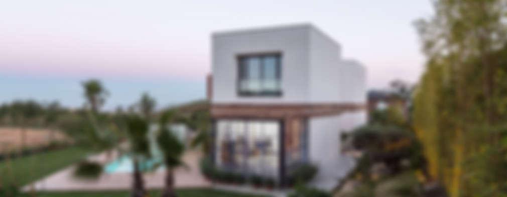 Casas de estilo mediterraneo por 08023 Architects