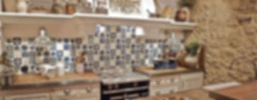 Cocinas de estilo rústico por URBANA 15