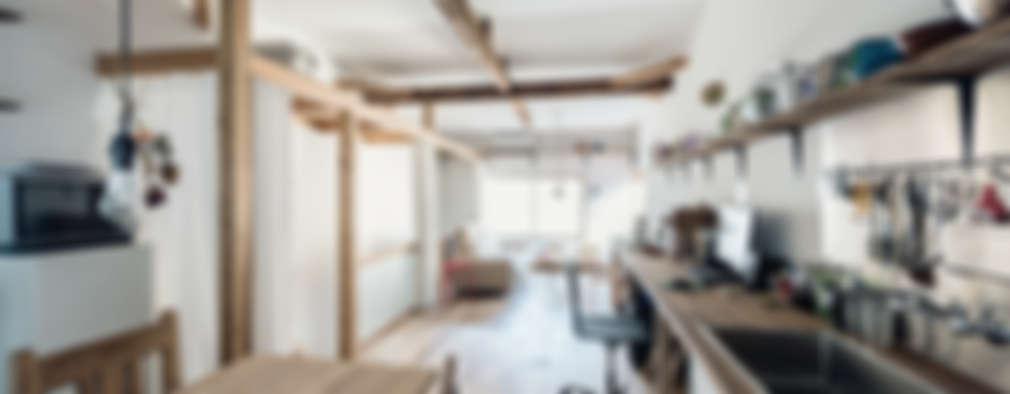 Salas / recibidores de estilo ecléctico por coil松村一輝建設計事務所