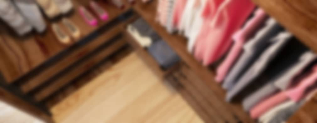 Vestidores y closets de estilo industrial por Sikora Wnetrza