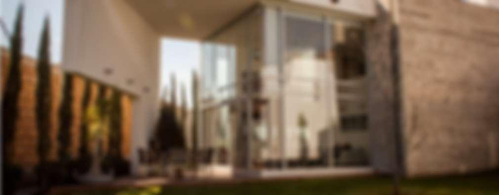 Fachada posterior: Casas de estilo moderno por GRUPO VOLTA