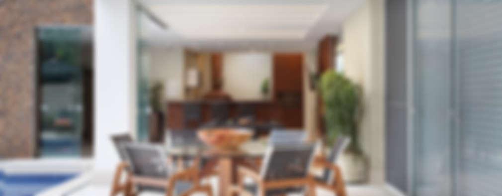 Terrazza in stile  di Arquitetura e Interior