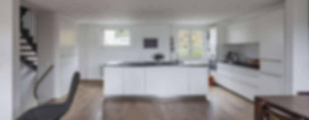Salas / recibidores de estilo  por Beat Nievergelt GmbH Architekt